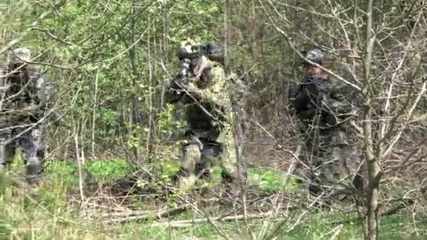 Menschen in Uniform auf Hintergrund der militärischen Hand Granatenexplosion im Wald.