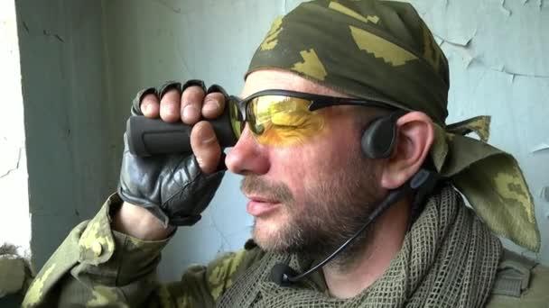 Spieler von Airsoft in Militäruniform mit Waffe gehen zu einer position.