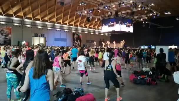 Rimini, Olaszország-június 2019: fitness Workout a Gym-emberek csinál Zumba gyakorlatok során nyilvános esemény a zene és a tanár a színpadon