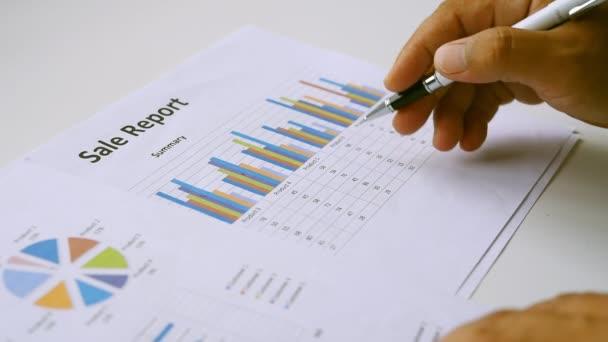 Obchodní lidé pracují na účtech v obchodní analýzy s grafy a dokumentace