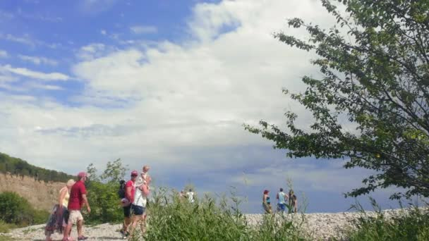 Barry, Vale of Glam / Wales - 9. srpna 2020: Horký letní den a rodiny vylézají na oblázky, aby se podívaly na krásné pobřeží a pláže Porthkerry Park a Cold Knap. Zůstávají od sebe v bezpečné vzdálenosti a dávají přednost venkovním aktivitám.