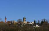 28.03.2020, Detailansicht der Stadt Friedberg in Bayern mit Teilen der historischen Stadtmauer und Türmen vor blauem Himmel im Frühling