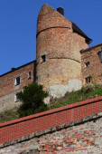 Historische Stadtmauer von Friedberg in Bayern mit Türmen vor blauem Himmel und Ziegeldächern