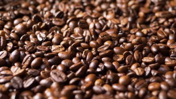 Detailní záběr pražených kávových zrn