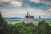 Fotografie Blick auf das berühmte Schloss Neuschwanstein. Ort: Dorf Hohenschwangau bei Füssen, Südwest-Bayern, Deutschland, Europa