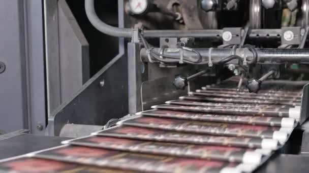 Tištěné noviny na vysokorychlostním dopravníku v tiskárně