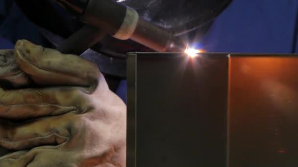 Nahaufnahme von Arbeitern beim Zusammenschweißen von Metallteilen