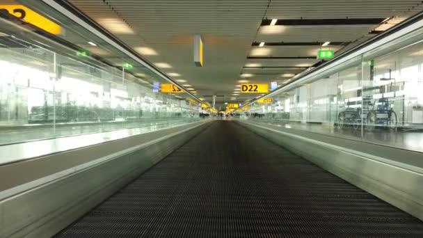 Eskalátor k branám na letišti Schiphol Amsterdam v Nizozemsku
