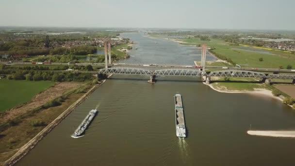 Most Martinus Nijhof přes dálnici A2 v Nizozemsku, letecký
