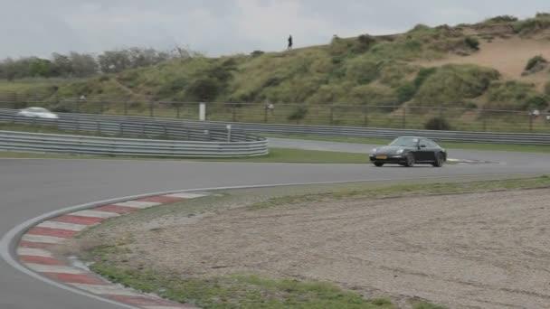 Všechny druhy Super aut na závodním okruhu v Zandvoort, Nizozemsko. Natočil jsem sérii aut. Porsche, Ferrari, Koenigsegg, Lamborghini a mnoho dalších drahých aut. Podívejte se prosím na moje závodní album, abyste se blíže podívali na všechny moje záběry. Na závodní dráze jsou auta, ale také detailní záběry aut pózujících před kamerou. Závody, startgrid, kostkovaná vlajka, havárie a tak dále.