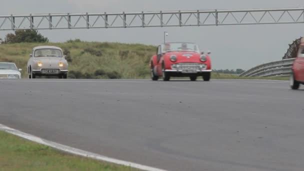 Alle Arten von Supersportwagen auf der Rennstrecke in Zandvoort, Niederlande. Ich habe eine Serie der Autos gefilmt. Porsche, Ferrari, Koenigsegg, Lamborghini und viele weitere teurere Autos. Es gibt Autos auf der Rennstrecke, aber auch Nahaufnahmen der Autos, die vor der Kamera posieren. Rennen, Startaufstellung, Zielflagge, Stürze und so weiter.