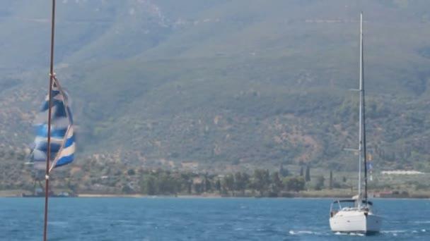 Krásné záběry pestrého života v Řecku. S plachetnicemi, modrou vodou a pěknou scenérií.
