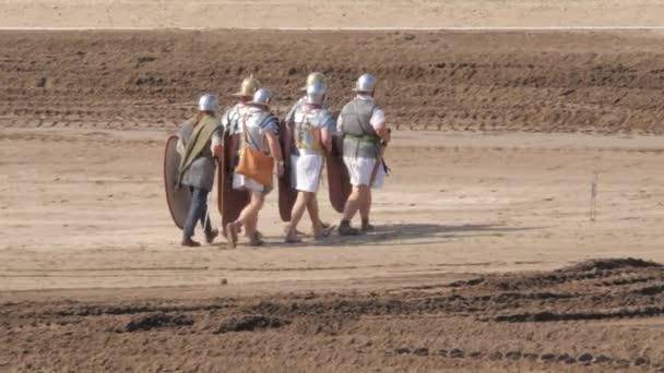 A férfiak római katonának öltöznek a római hadsereg újrajátszása alatt.