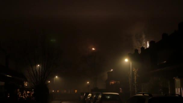 Ohňostroj během Silvestra s domy a automobily v nizozemské ulici