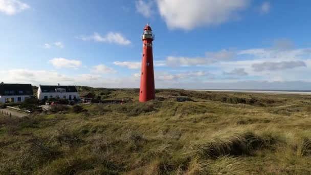Maják mezi dunami Schiermonnikoog v Nizozemsku