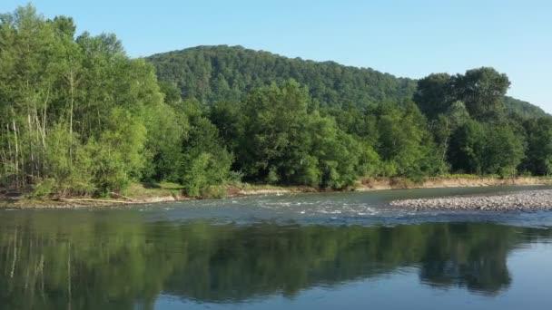 Západní Kavkaz. Řeka Belaya na úpatí Kavkazu. Ráno ho střelili z kvadrokoptéry..