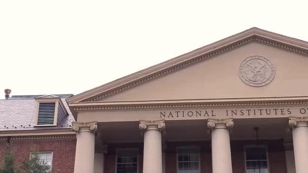 Bethesda, MD, USA: 09.12.2020: Blick auf das historische Hauptgebäude (Gebäude 1) der National Institutes of Health (NIH) auf dem Bethesda Campus. Siegel des US Public Health Service ist darauf zu sehen