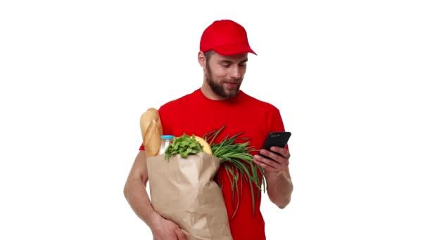 Mladí doručovatel zobrazeno pytel s potravinami, služby store, online objednávky dodávky