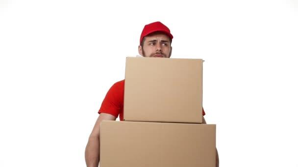 Doručovatel balíček doručíte domů s těžkých krabic