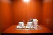 Hotl hálószoba kávé és sima háttér.