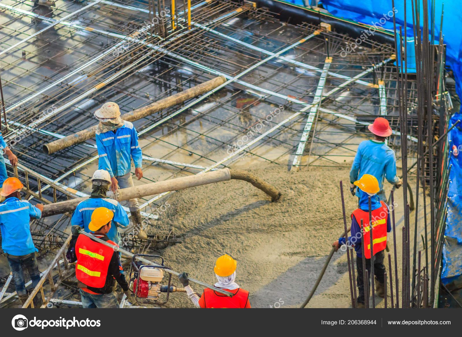Fußbodenbelag Gießen ~ Bauarbeiter sind post spannung bodenbelag arbeit beton gießen mason