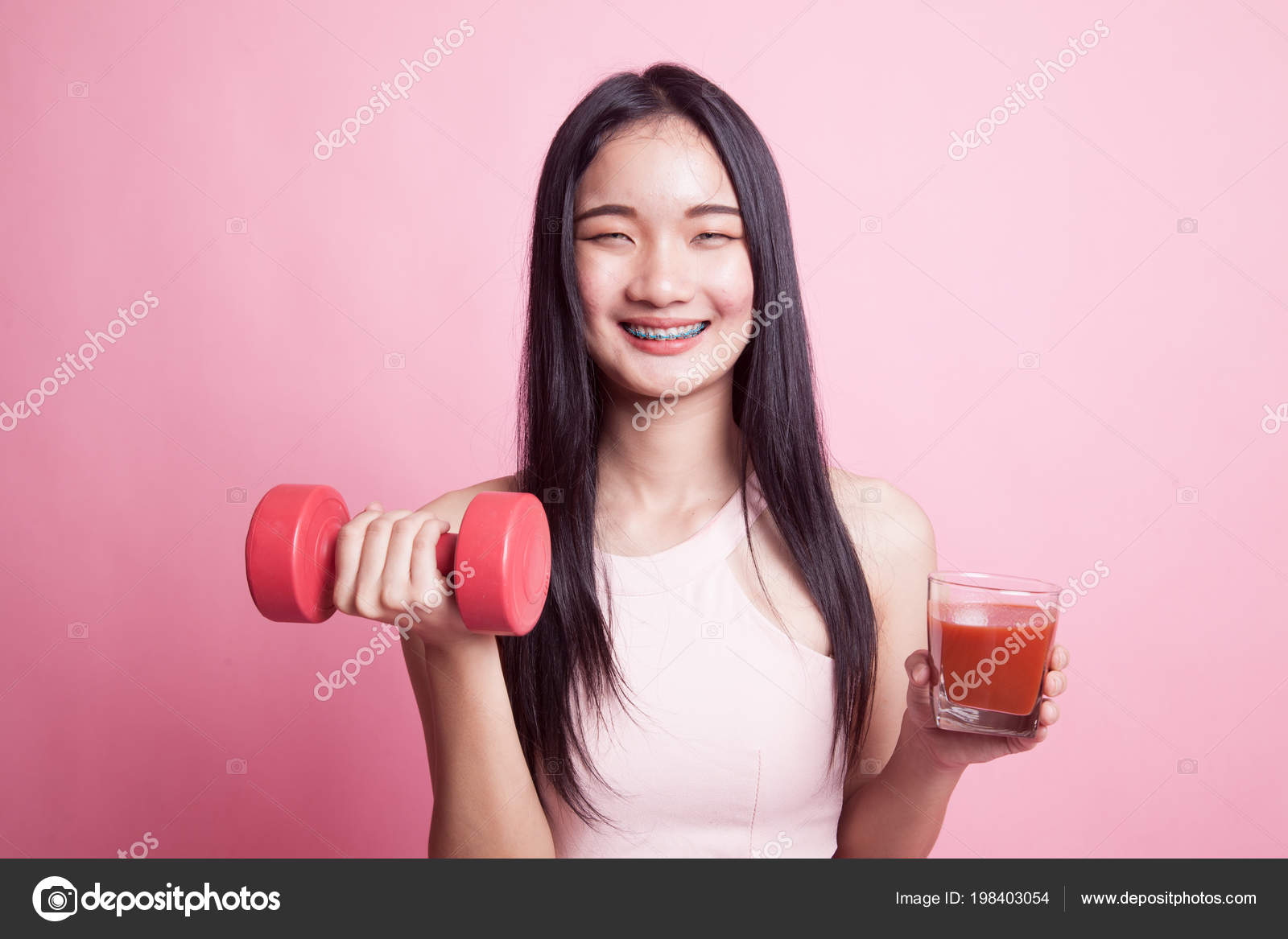 78b13dabb7d Young Healthy Asian Woman Dumbbell Tomato Juice Pink Background — Stock  Photo
