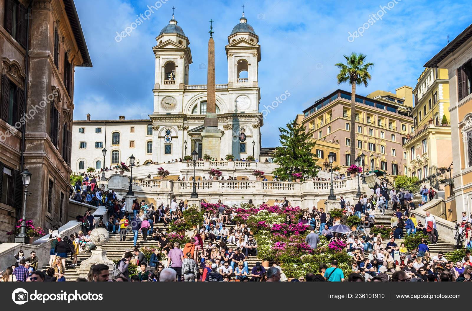 ab9528ca46a ... 6 maggio 2018: Piazza di Spagna, visto da Via dei Condotti. Un sacco di  persone sono su Piazza di Spagna vicino Chiesa Santissima Trinità dei Monti  e ...