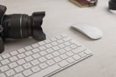 kancelářský stůl s profesionální kamerou, klávesnicí a různými předměty, fotograf - fotografie
