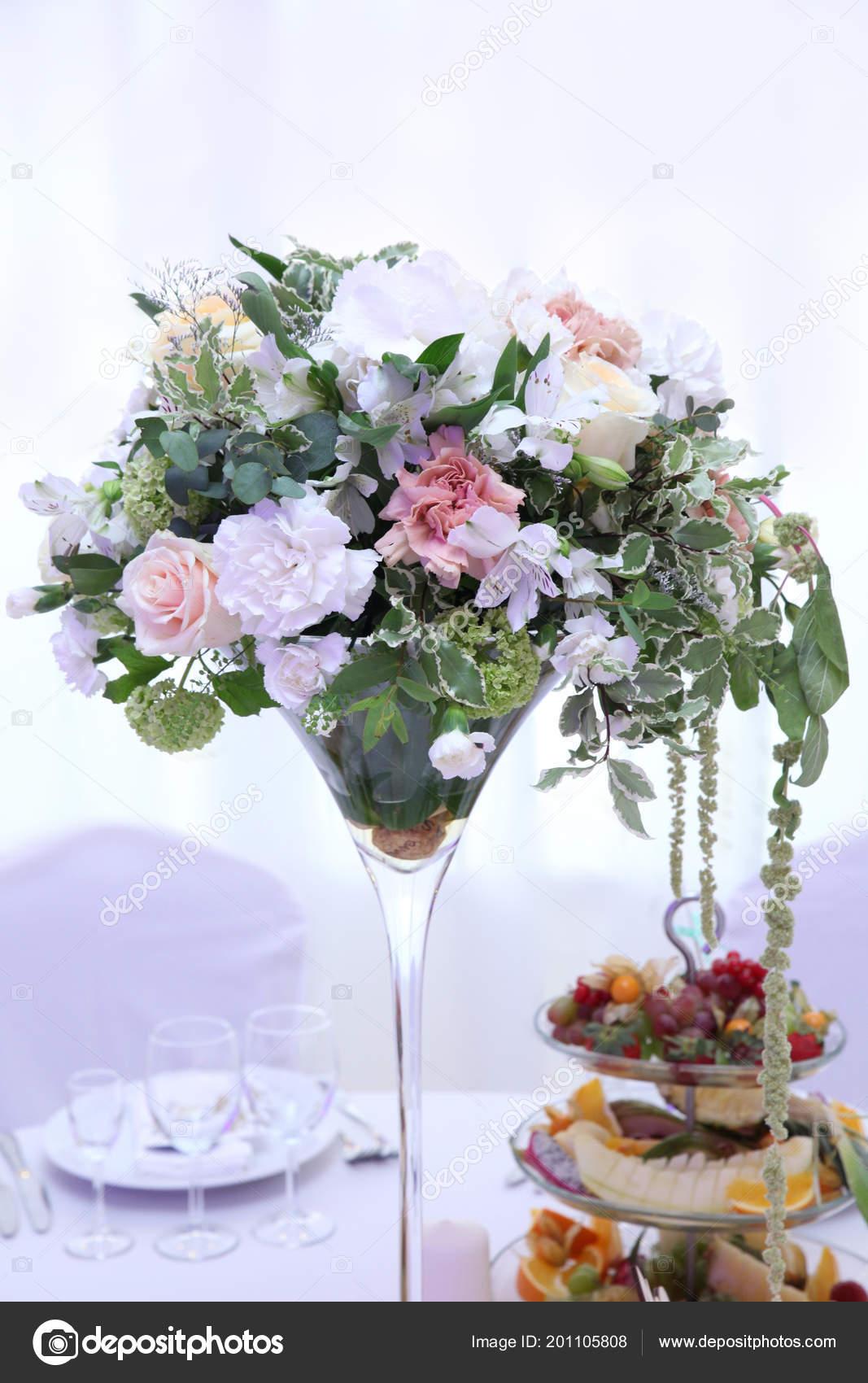 bouquet fleurs roses pour décoration table mariage pour les invités