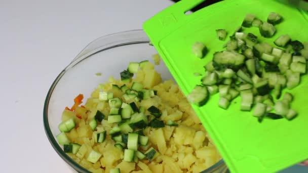 Russische Fleisch Salat Mit Gemüse Und Mayonnaise Die Frau Fügt