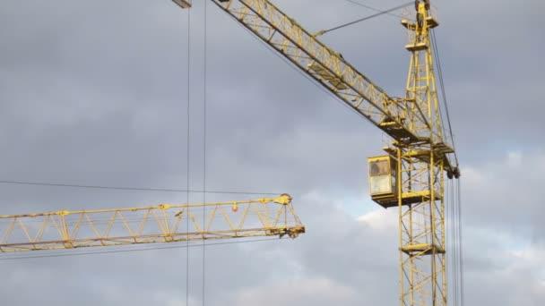 Arbeit des Krans auf der Baustelle
