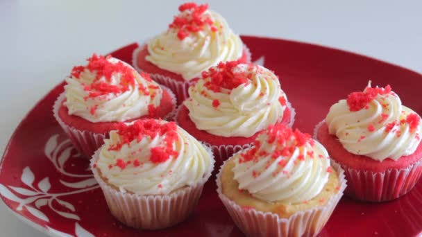 Red velvet cupcake. The finished cakes are on the plate.