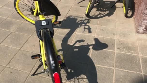 Minszk, Minszk, Fehéroroszország július 21, 2019, helyhez kötött Bike Sharing. A bérelhető kerékpárok az aluljáró közelében találhatók.