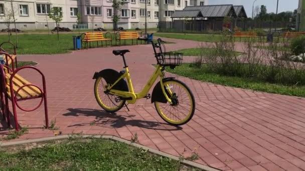Minszk, Minszk, Fehéroroszország július 21, 2019, helyhez kötött Bike Sharing. Kerékpárkölcsönzés a város utcájában.