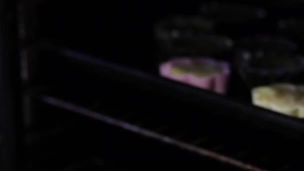 Z trouby se vylíní ženy a na dortíky jsou vypálené slepé náboje. Formuláře jsou na pečicí plech.