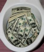Egy csomó dollárt a WC-csészében. Pénz WC-vel