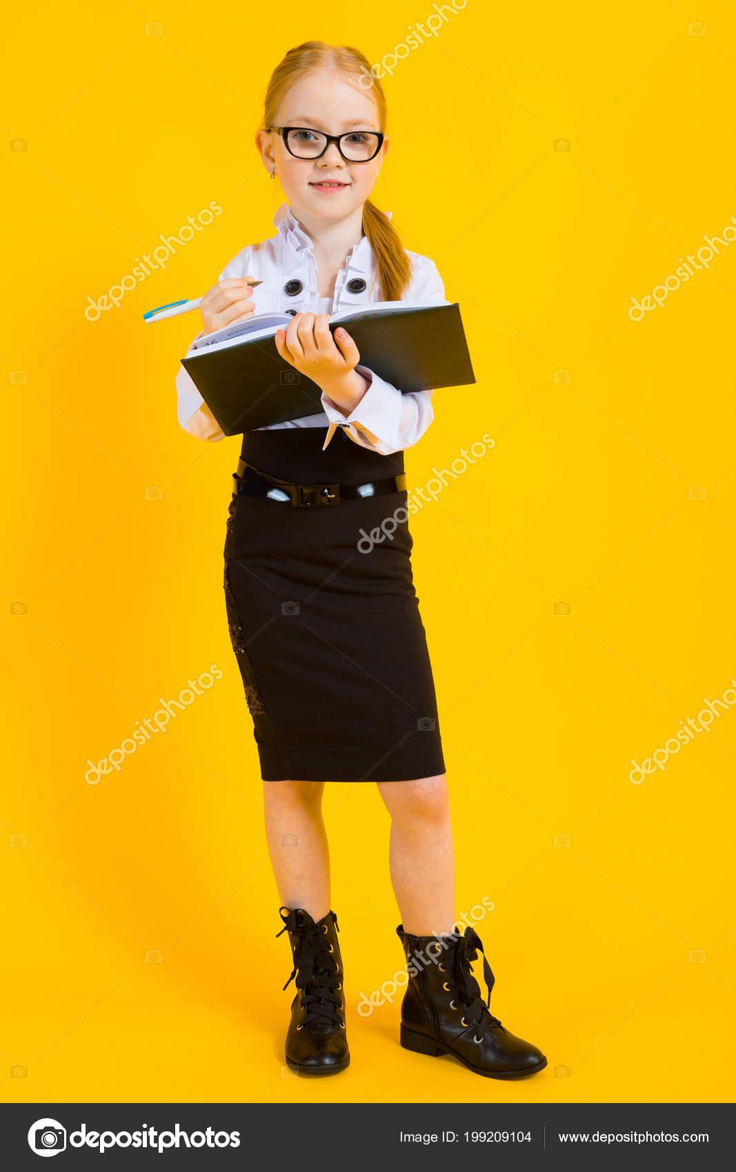 Девушка в просвечивающейся юбке