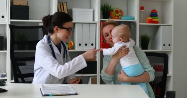 Arzt untersuchen ein Kind in einem Krankenhaus