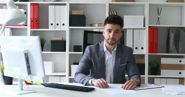 Veste Jeune Blanc Des Bureau Documents Homme Table Proposant q615B6r