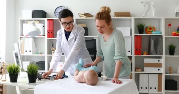 Ärztin, Turnen mit Kind an der Kinderarzt Rezeption