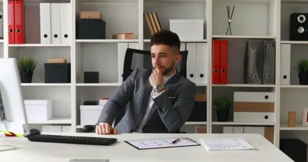 mladý podnikatel v office křesla radosti na úspěch