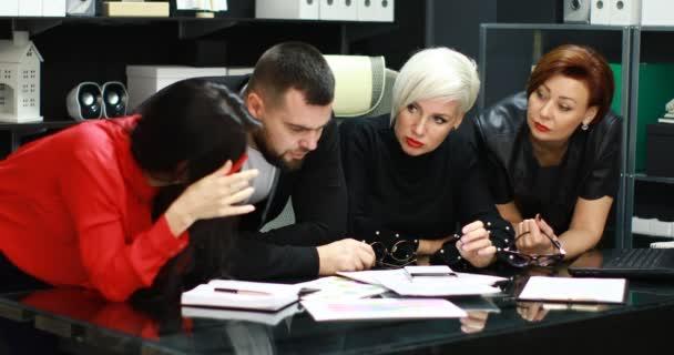 Kancelářské pracovníky diskutovat o jejich projektu