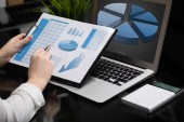 podnikatel analýze investiční grafy s notebookem. účetnictví