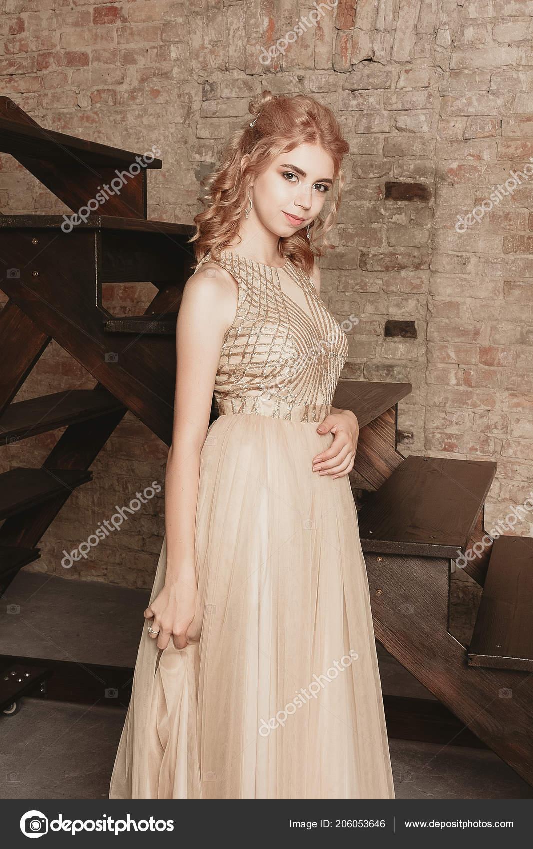 eb089314c Modelo Moda Bege Luxo Fluindo Vestido Chiffon Mulher Vestido Noite —  Fotografia de Stock