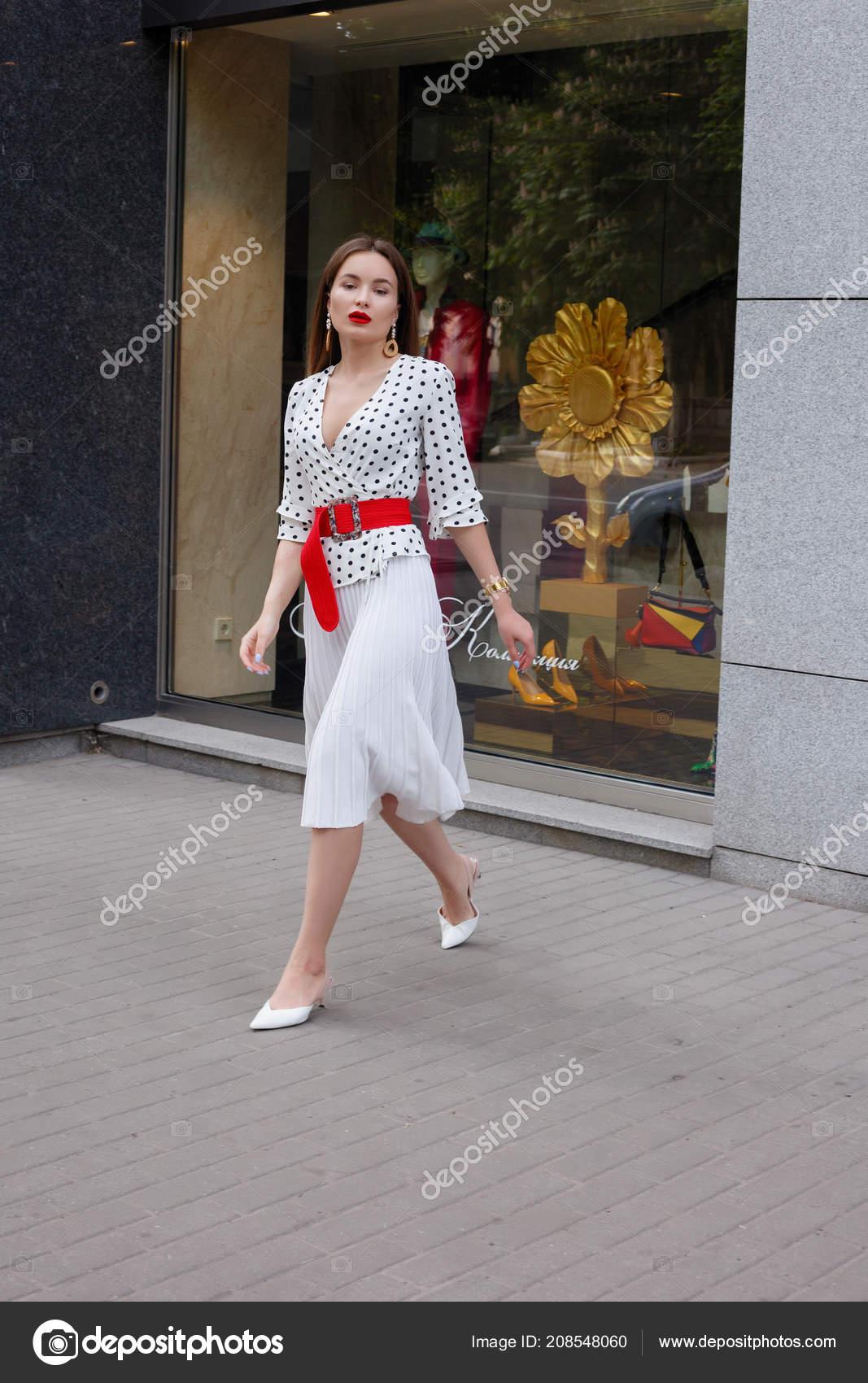 watch bc4bd 3fc7c Donna Brunetta Bello Modello Look Indossando Vestito Bianco ...