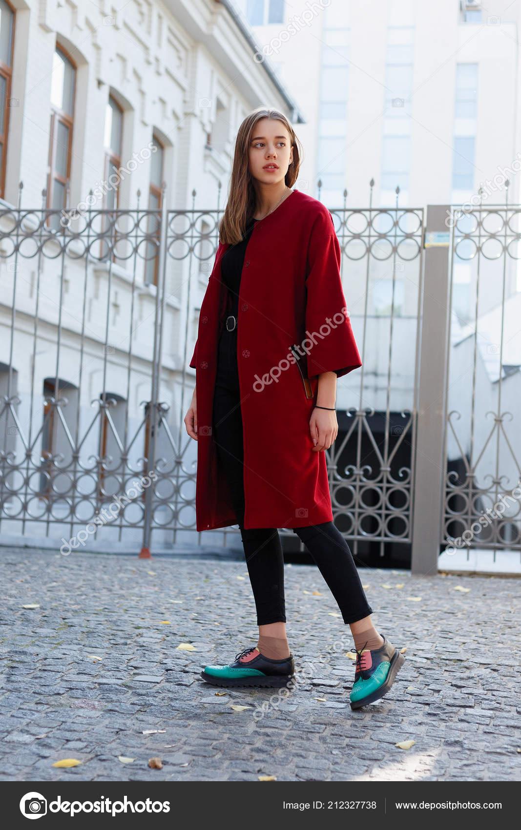 online retailer 503c0 e2299 Bella Donna Elegante Che Cammina Strada Nel Cappotto Rosso ...
