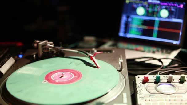 DJ fonó, a keverés és a karcolás, egy éjszakai klubban. Makro szemcsésedik-ból egy lemezjátszó kazettát, és elkezdesz játszani egy hanglemez Stylus. Vintage lemezjátszója, PVC lemez, zár-megjelöl. meleg napfény