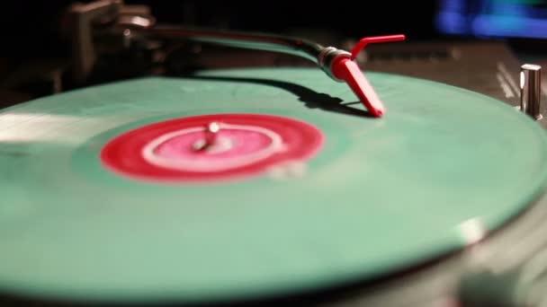 DJ točí, míchání a skrečování v nočním klubu. Makro snímek kazety gramofon a Stylus začíná hrát vinylových desek. Retro gramofon s vinyl disk, detail. teplé sluneční světlo