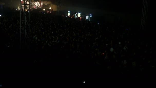 potlesk koncerty koncert a koncertní hala koncerty hudební festival davy lidí, davy muziky zábava, noční život festivaly festivalové stadion, přátelé žena v párty tančící na koncertech