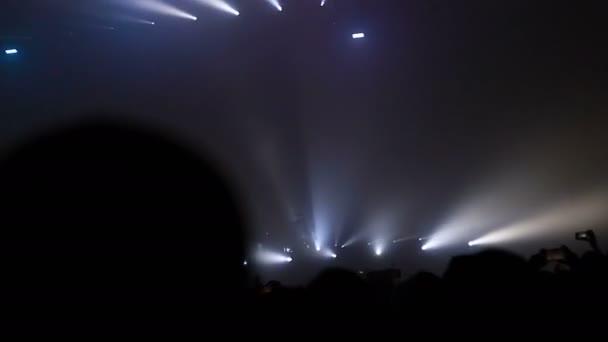 tömeg tapsot koncert színpad és koncertterem koncert zenei fesztivál tömeg, tömeg zene tömeg szórakozás, éjszakai életmód fesztiválok stadion tömeg, barátok nő fél tánc koncertek